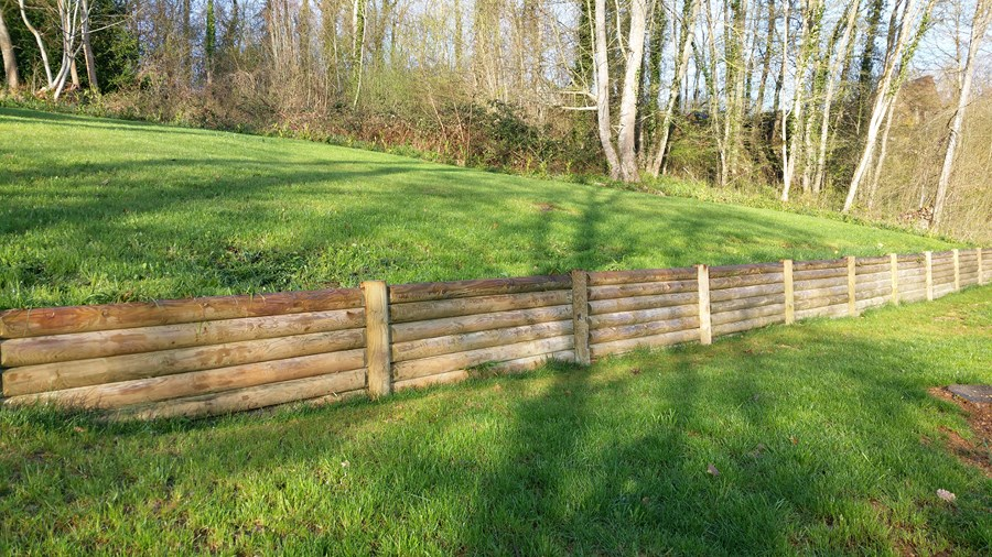 Ce Jardin En Terrasses Est Agencé Avec Des Murets En Bois